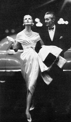 Sunny Harnett en conjunto de Givenchy. Fotografía de Richard Avedon, 1954